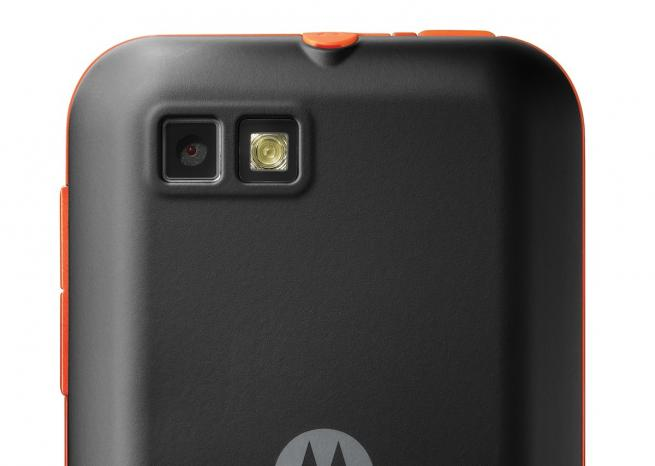 Le Motorola Defy Mini, en version noir et orange, de dos <em>DR</em>
