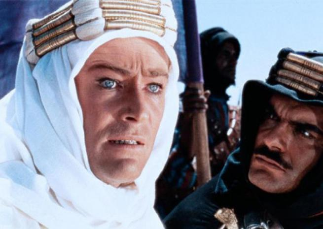 "Peter O'Toole est au côté d'Omar Sharif dans ""Lawrence d'Arabie"" (1962) <em>Columbia Pictures</em>"