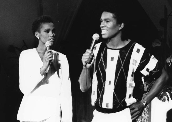 "Whitney Houston et Jermaine Jackson chantent lors de l'émission de télévision ""As the World Turns"" de la chaîne CBS, en 1984. Elle n'a alors que 21 ans. <em>SIPA/Graham Wiltshire / Rex /REX</em>"