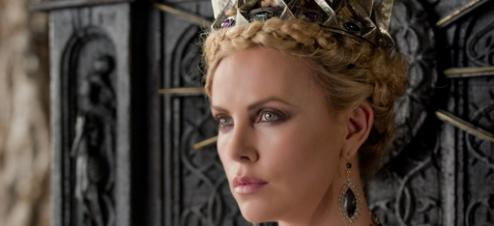 Charlize Theron interprète la reine