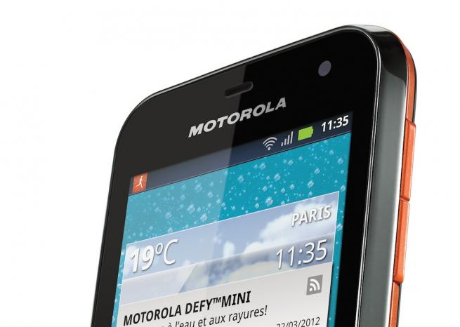 Le Motorola Defy Mini, en version noir et orange, de face <em>DR</em>