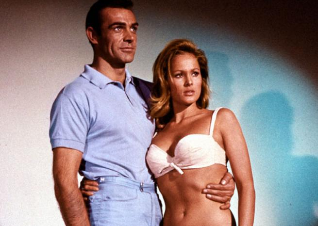 Sean Connery avec Ursula Andress dans ''James Bond contre Docteur No'', de Terence Young (1962)  <em>United Artists</em>