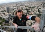 Paris : Alain Robert escalade sans corde la plus haute tour de France