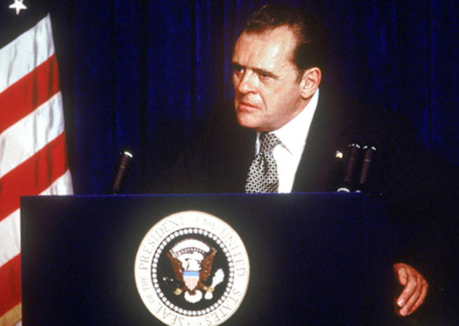 Anthony Hopkins en Richard Nixon dans ''NIXON'' (1995), d'Oliver Stone (© Buena Vista Pictures) <em></em>