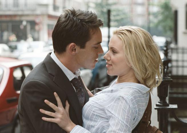 Scarlett Johansson avec Jonathan Rhys-Meyers dans ''Match Point'' de Woody Allen (2005)  <em>TFM Distribution</em>