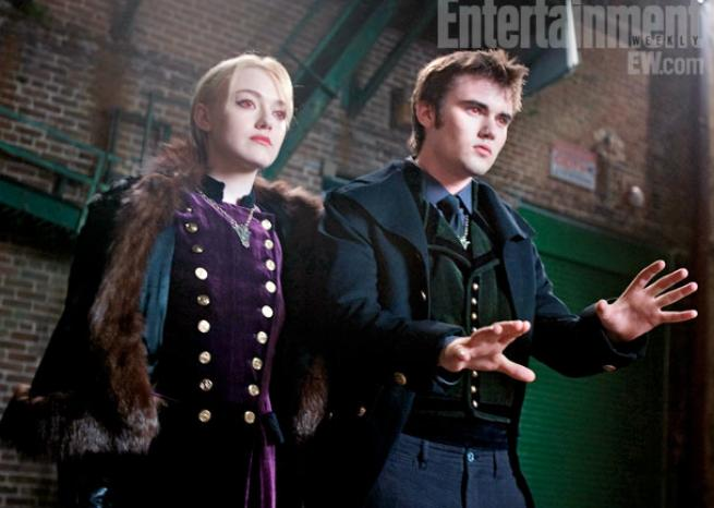 Deux des Volturi joués par Dakota Fanning et Cameron Bright. <em>DR/Summit Entertainment & Entertainment Weekly</em>